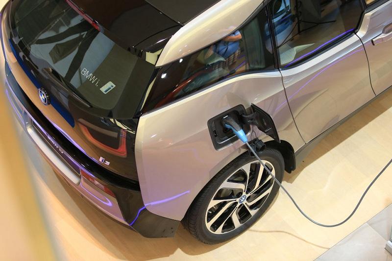 Водителя BMW i3 получат выплату за зарядку машин в неудобное время