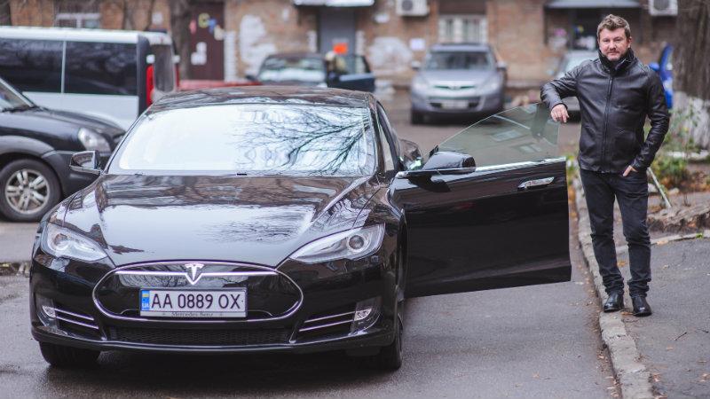 На личном опыте: Дима Борисов о том, как ездить по городу на Tesla